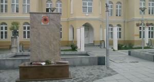 Српски родољуби за намеру рушења терористичког споменика кажњени новчано