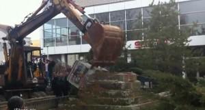 Шиптари срушили споменик из II светског рата у Косовској Витини (видео)