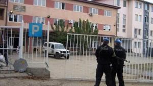 Срби са севера блокирали зграду суда у Косовској Митровици