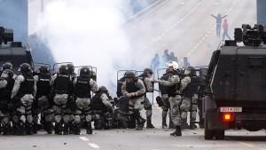 Скопље: Албанци опет каменовали полицајце  (видео)