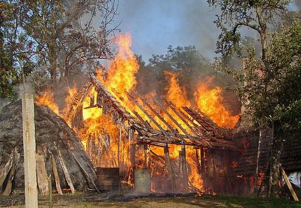 Три српске куће изгореле у Призрену