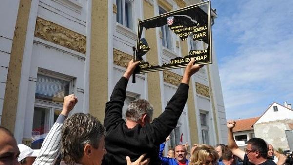 Хрвати у Вуковару разбијају ћирилицу (ВИДЕО)
