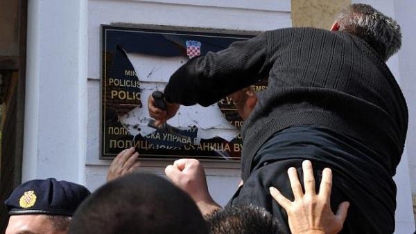 У Вуковару револуција због ћириличних табли (ФОТО)