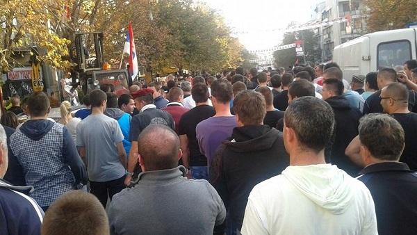 Велики број окупљених Срба иде Косовском Митровицом и цепа плакате које позивају на издају (ФОТО)