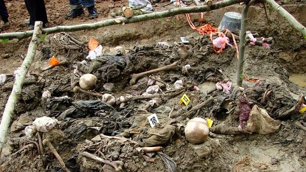 Србима из Сребренице послате честитке с људским костима