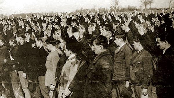 Скупљена три прста српски поздрав. Раширена три карактеристична за нацисте и усташе!