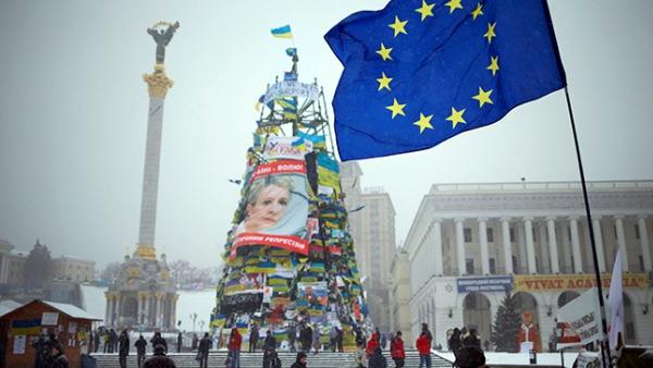 """Демонстрант се обесио на """"евромајдану"""", о металну конструкцију новогодишње јелкe"""