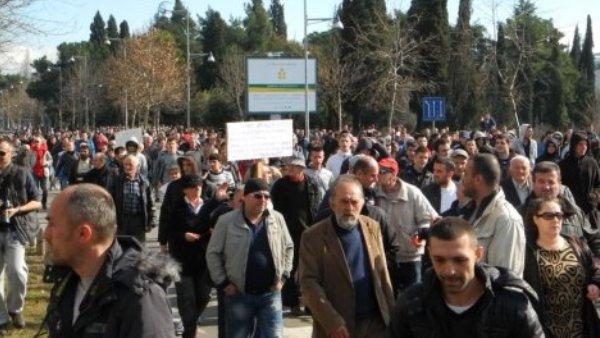 Протести у Подгорици: Демонстранти јуришали ка Влади, полиција употребила сузавац (ВИДЕО)