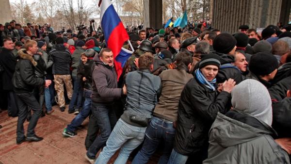 Наоружани људи заузели су зграду регионалне владе и зграду парламента на Криму