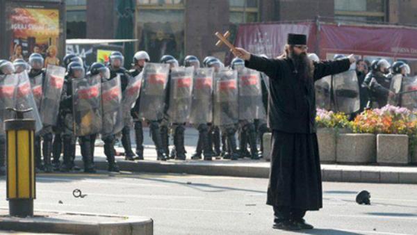 РЕПРЕСИЈА! Полиција ухапсила монаха Антонија Давидовића! Жандармерија опколила народ, не дају да се крене у литију