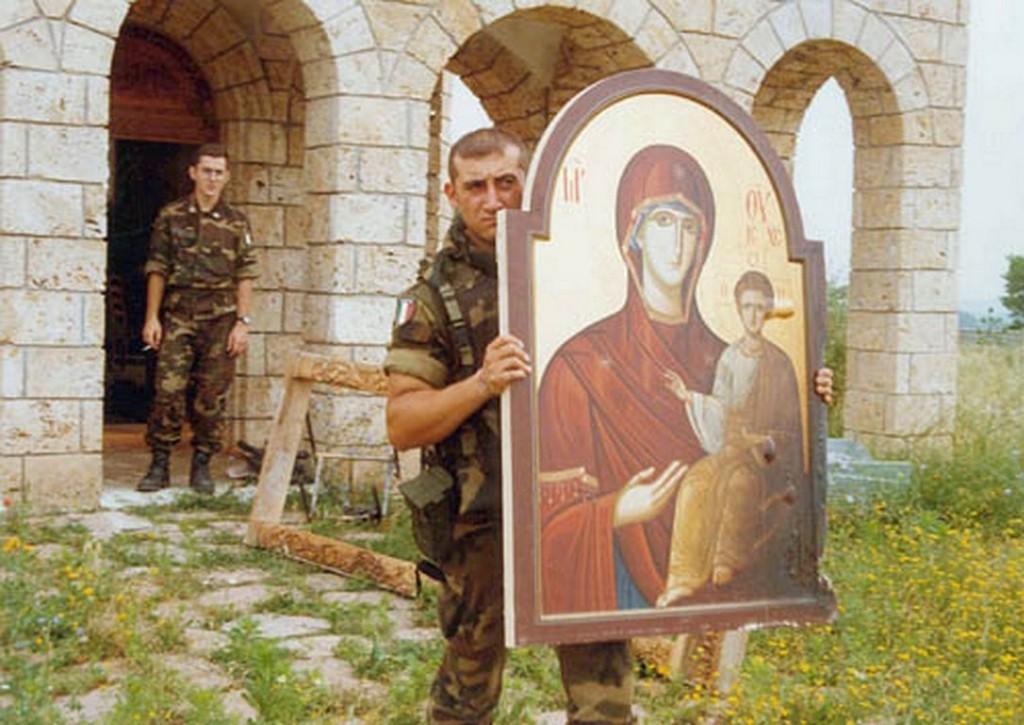 Kfor iznosi ikonostats iz crkve u Peckoj Banji 1 posle 17. marta [800x600]