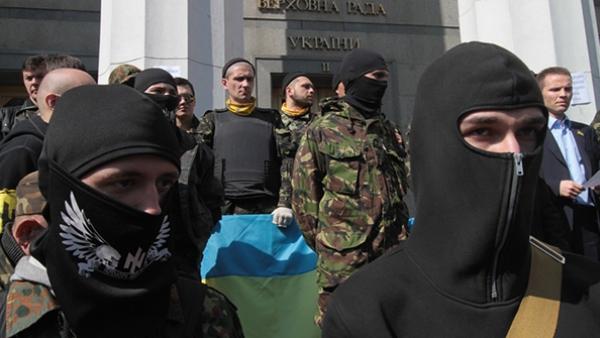 """На западу Украјине терористи """"Десног сектора"""" су са присталицама Кијевске патријаршије покушали да заузму храм у селу Колосово (ВИДЕО)"""