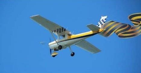 Авион са георгијевском лентом летео изнад Њујорка