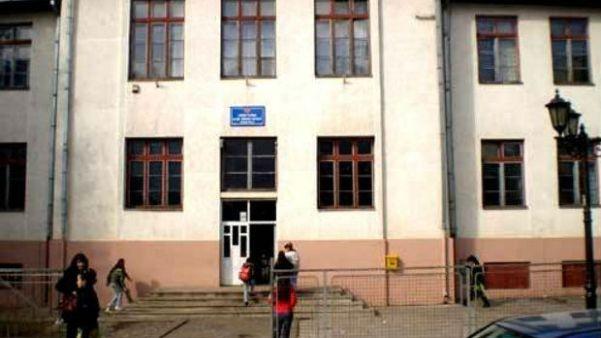 """Црна Гора: Министарство просвете осудило графит """"Косово је Србија"""" на школи у Бијелом Пољу"""
