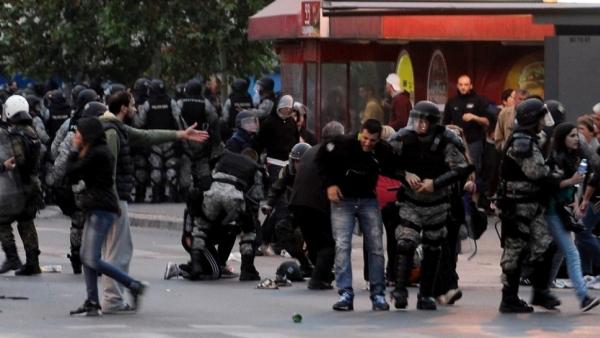 Скопље: Македонска полиција воденим топовима и шок-бомбама покушава да растера демонстранте испред зграде владе (ВИДЕО)