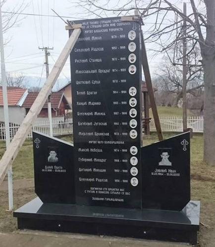 Нов споменик у центру села