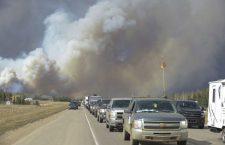 ПОЖАР У КАНАДИ – Ватрена стихија прогутала Форт Макмари, приближава се нафтним пољима, евакуација се наставља (ВИДЕО)