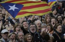 "People wave ""estelada"" or pro-independence flags as regional acting President Artur Mas arrives at the Catalonia's high court for questioning over their suspected roll in holding a poll in Barcelona, Spain, Thursday, Oct. 15, 2015. Thousands of people are rallying outside a Barcelona court in support of Catalan regional acting President Artur Mas who has arrived for questioning over the staging of a symbolic referendum on secession from Spain last year. (AP Photo/Emilio Morenatti)"