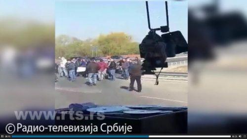 Блокирани путеви ка Лепосавићу, каменицама на аутобус са Србима (ВИДЕО)
