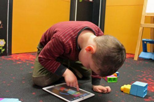 """Физичка штета коју трпе деца због коришћења """"тачскрин"""" уређаја"""