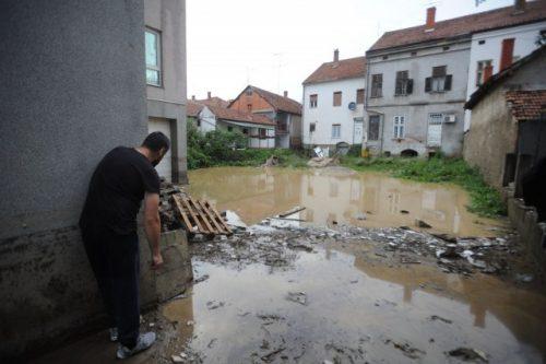 Јаке кише изазвале изливање неколико река и потока, поплављене бројне куће и саобраћајнице, у више општина уведено ванредно стање