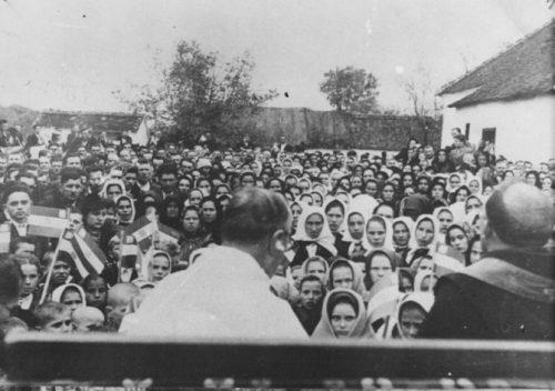 Језива слика: Православни Срби стоје у гомили, чекајући на масовно покатоличење