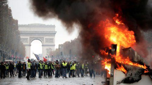 Гори Париз: Ватра, сузавац, водени топови, десетине хиљада људи на улицама