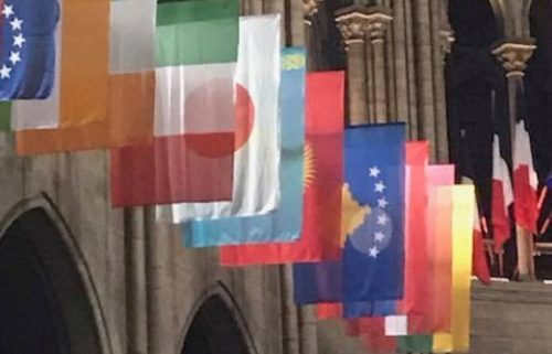 """Француска провокација: Застава """"Косова"""" испред катедрале Нортр Дам у Паризу"""