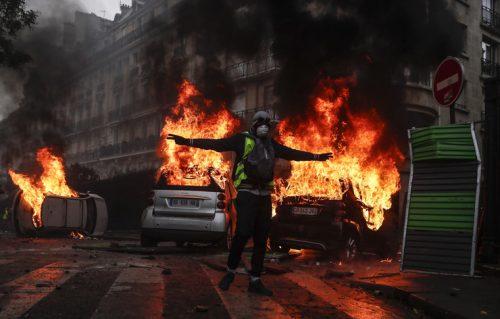 Париз: Сукоби полиције и демонстраната који протестују против повећања цене горива и Макронове политике; бачен сузавац, запаљени су аутомобили и једна зграда; повређено најмање 65 особа, а 224 особе су ухапшене