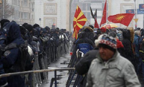 """Македонци на улицама због """"историјског договора"""" са Албанцима: Ово је издаја!"""