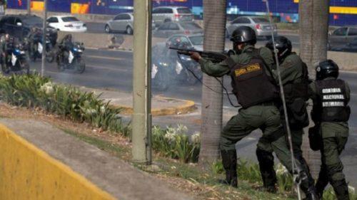 """Венецуела: У току покушај државног удара – део војске прешао на страну Хуана Гваида; Пуцњава на улицама и окршаји између војске и демонстраната; Једно војно возило газило окупљене Гваидове присталице; Мадуро позвао на """"максималну мобилизацију"""""""