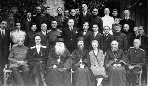 General-Vrangel-(drugi-sleva)-sa-suprugom-i-crkvenim-velikodostojnicima