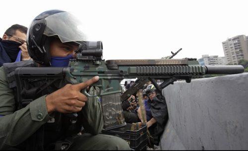 Хаос у Венецуели, једни кажу војни пуч, други побуна
