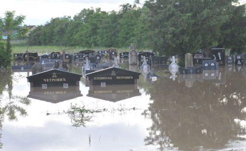 ПОПЛАВЕ ШИРОМ СРБИЈЕ: Део Ибарске магистрале код Краљева под водом, сеоско гробље потопљено (ФОТО/ВИДЕО)