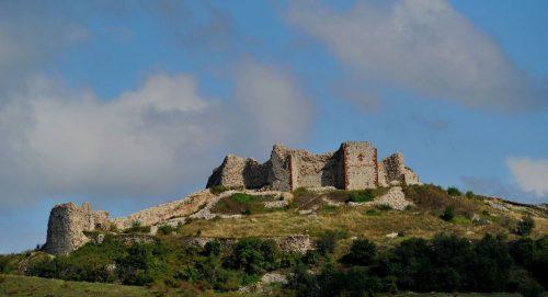 Косовска застава и војни шатори на српској тврђави у Новом Брду