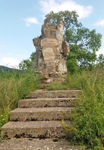 Нешков вис и споменик изгинулим војницима војске Краљевине Југославије