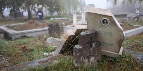 Оштећене надгробне плоче на гробљу у Урошевцу