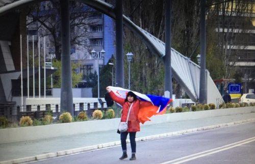 Жена огрнута заставом Србије покушала да пређе у јужни део Митровице