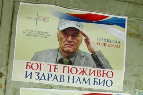 """Сребреницa излепљена плакатима """"Геноцида није било"""""""