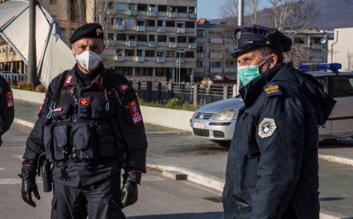 Италијански карабињер и косовски полицајац на Ибарском мосту у Косовској Митровици