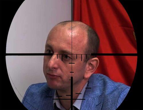 Ко је особа са силиконском маском у близини куће Милана Кнежевића у Зети?