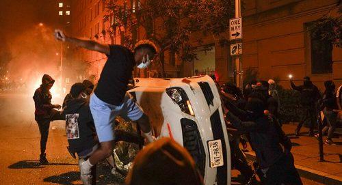 Хаос у 140 градова у САД: Горело у близини Беле куће, сукоби са полицијом, рањено 13 људи