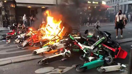 Париз: Велики нереди на протесту подршке Адаму Траореу и Џорџу Флојду, запаљена америчка застава, сукоби полиције и демонстраната, бачен сузавац, пламен захватио мост на ауто-путу