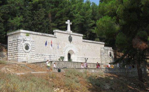 УКЛОЊЕНЕ ЛЕЖАЉКЕ И СУНЦОБРАНИ СА ВИДА: Грци поставили чуваре поред маузолеја српских војника!