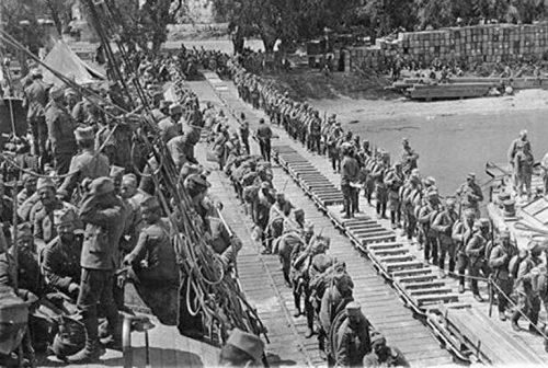 Српске снаге на Крфу се укрцавају на француске бродове 1916. године.