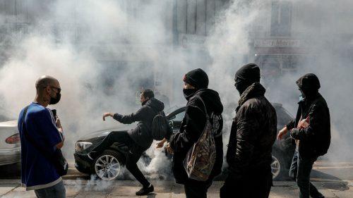 Побуна у Паризу: Барикаде и облаци сузавца због корона мера