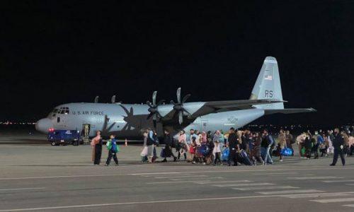 У Приштину у недељу, 29. августа, нешто после 20 сати Слетео први авион са 111 избеглица из Авганистана