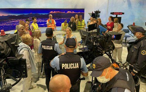 Словенија: Противници епидемиолошких мера и вакцинације упали у просторије РТВ Словенија и провалили у студио информативног програма