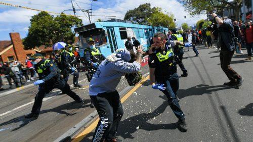 Узнемирујући снимци из Аустралије: Жесток обрачун демонстраната и полиције због обавезне вакцинације