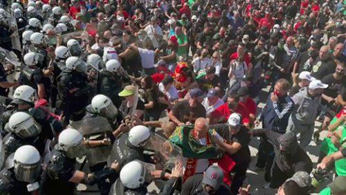 """Црна Гора: Сукоб демонстраната и полиције код Цетиња, блокиран пут Подгорица – Цетиње, постављене гуме, камење… Окупљени носе мајице са ликом Мила Ђукановића и натписима """"Патриотски покрет"""""""